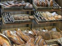 Bröd i en shoppa Arkivbild