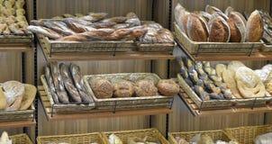 Bröd i en shoppa Arkivbilder