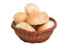 Bröd i en vide- korg som isoleras på vit bakgrund Royaltyfri Fotografi