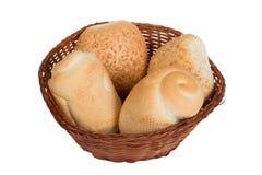 Bröd i en vide- korg som isoleras på vit bakgrund Arkivbilder