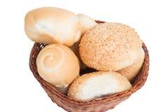 Bröd i en vide- korg som isoleras på vit bakgrund Arkivfoto