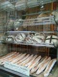 Bröd i ett bagerifönster Arkivbilder