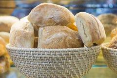 Bröd i korg Arkivbilder
