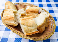 Bröd i korg Arkivfoton