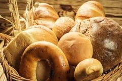 Bröd i korgen, sammansättning med variation av stekheta produkter på w Arkivbilder