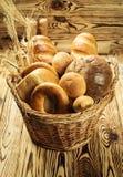 Bröd i korgen, sammansättning med variation av stekheta produkter på w Royaltyfria Bilder