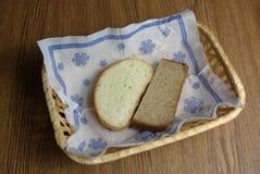 Bröd i vide- korg Arkivfoto