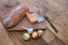 Bröd kött, vitlök, lökar Arkivfoton