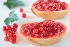 Bröd med den krossade röda vinbäret Royaltyfri Foto