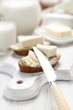 Bröd med gräddost royaltyfri bild