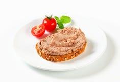 Bröd med köttspridning royaltyfri fotografi