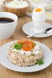 Bröd med keso, körsbärsröda tomater, det kokt ägget och coffe Royaltyfri Bild
