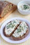 Bröd med kesomellanmålet Arkivbild