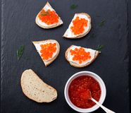 Bröd med ny gräddost och den röda kaviaren Fotografering för Bildbyråer