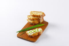 Bröd med ost och gräslökar Royaltyfri Bild