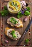 Bröd med pate för feg lever på träskärbräda arkivfoto