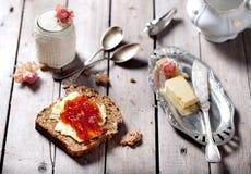 Bröd med smör, driftstopp och yoghurt Arkivbild