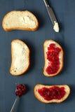Bröd med smör och driftstopp Arkivfoton