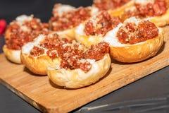 Bröd med tomater arkivbild
