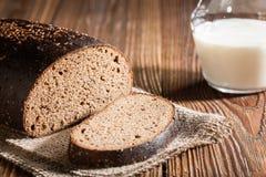 bröd mjölkar Arkivfoto
