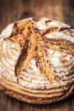 Bröd Nytt runt knaprigt bröd med kummin på trätabellen fotografering för bildbyråer