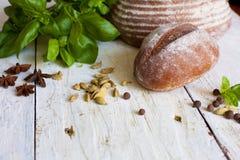 Bröd och basilika på tabellen Royaltyfria Bilder
