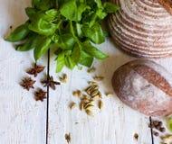 Bröd och basilika på tabellen Arkivfoto