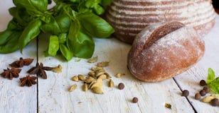 Bröd och basilika på tabellen Arkivfoton