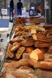 Bröd och giffel på marknad royaltyfri bild