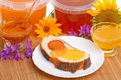 Bröd och olika typer av honung Royaltyfri Bild