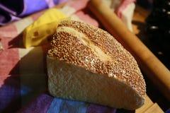 Bröd och ost på tabellen Arkivfoton