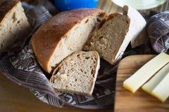 Bröd och ost på träbräde Arkivfoto