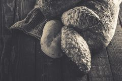 Bröd och rullar på en träbakgrund Royaltyfri Bild