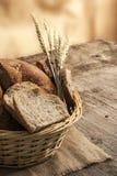 Bröd och sädesslag på trätappningbakgrund Arkivbild
