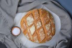 Bröd och saltar på den lantliga bakgrunden Fotografering för Bildbyråer