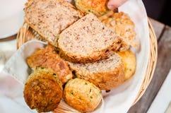 Bröd- och sconeskorg Arkivfoto