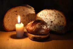 Bröd och stearinljus royaltyfri bild