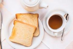 Bröd och te, frukost, morgonmål Royaltyfri Fotografi