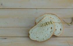 Bröd och vete på träbräden Royaltyfri Foto