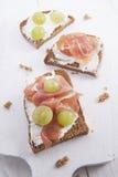Bröd, ost och skinka och druvor Royaltyfri Bild