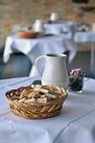 Bröd på bordlägga Royaltyfri Bild
