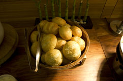 Bröd på bufférestaurangen Arkivfoto