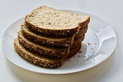 Bröd på den vita plattan Arkivfoto