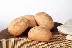 Bröd på den wood tabellen Royaltyfri Fotografi
