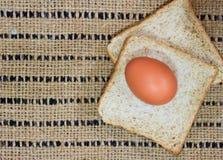 Bröd på den wood tabellen Arkivfoto