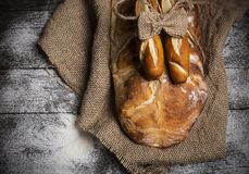 Bröd på det gamla brädet Royaltyfria Foton