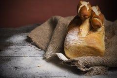 Bröd på det gamla brädet Arkivfoton