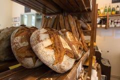 Bröd på en hylla Arkivbilder
