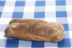 Bröd på en rutig bordduk Arkivbild