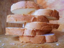 Bröd på en träskärbräda royaltyfri foto